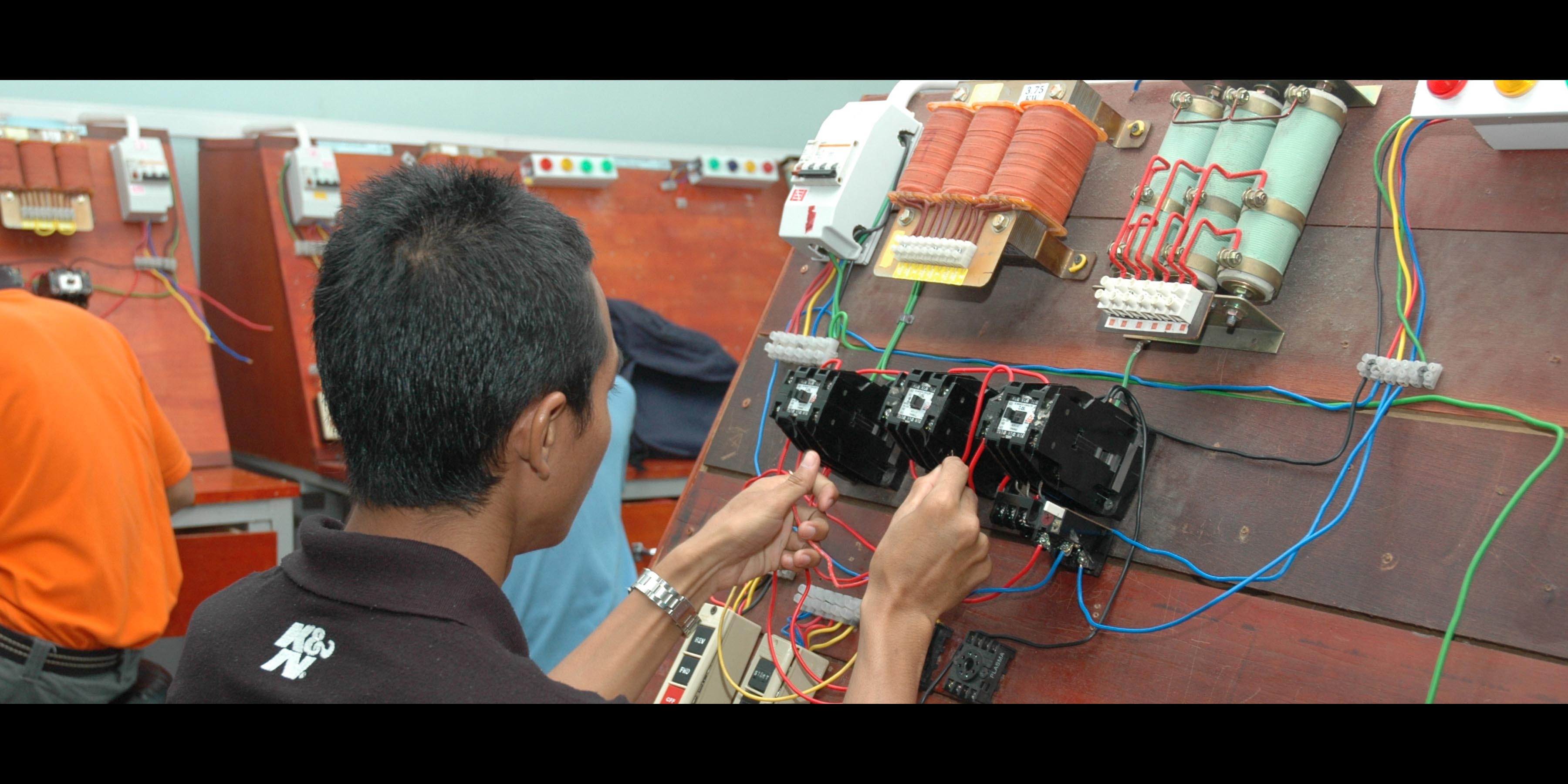 E22 - CERTIFICATE IN ELECTRICAL ENGINEERING TECHNOLOGY (DOMESTIC AND INDUSTRY)